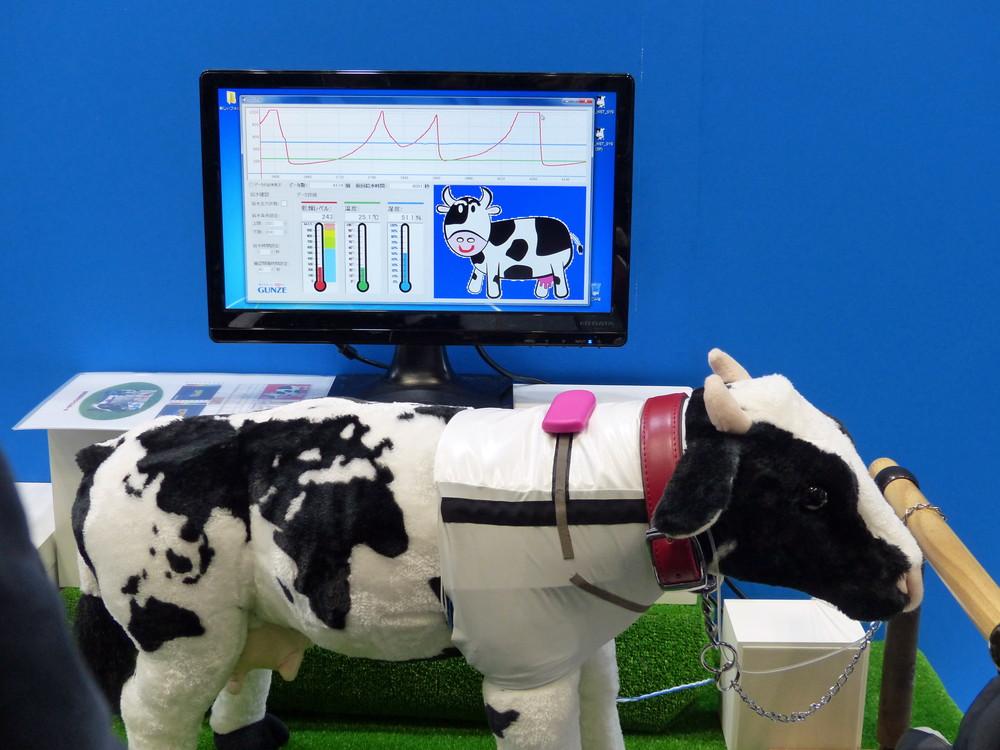 乳牛専用のウェアラブルシステム「ウシブル」。PC上で乾燥レベル、温度、湿度などをグラフ化して表示