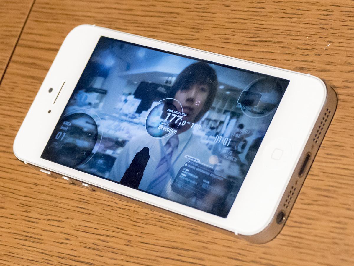 「ドミネーター」とWi-Fiで接続するスマートフォンアプリ。各種モードの設定から、「ドミネーター」に内蔵されたカメラで計測した犯罪係数が表示できる。なお、スマートフォンアプリ内の画面は制作中のもので、最終版ではない