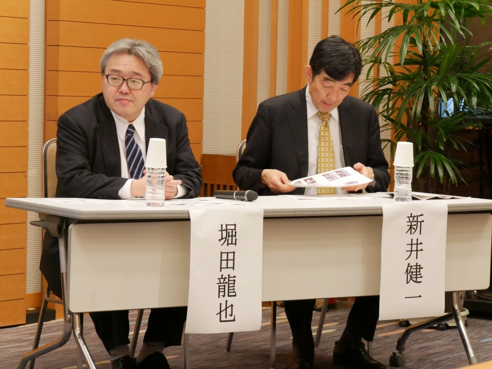 (左から)東北大学大学院情報科学研究科教授の堀田龍也氏、ベネッセ教育総合研究所の新井健一氏