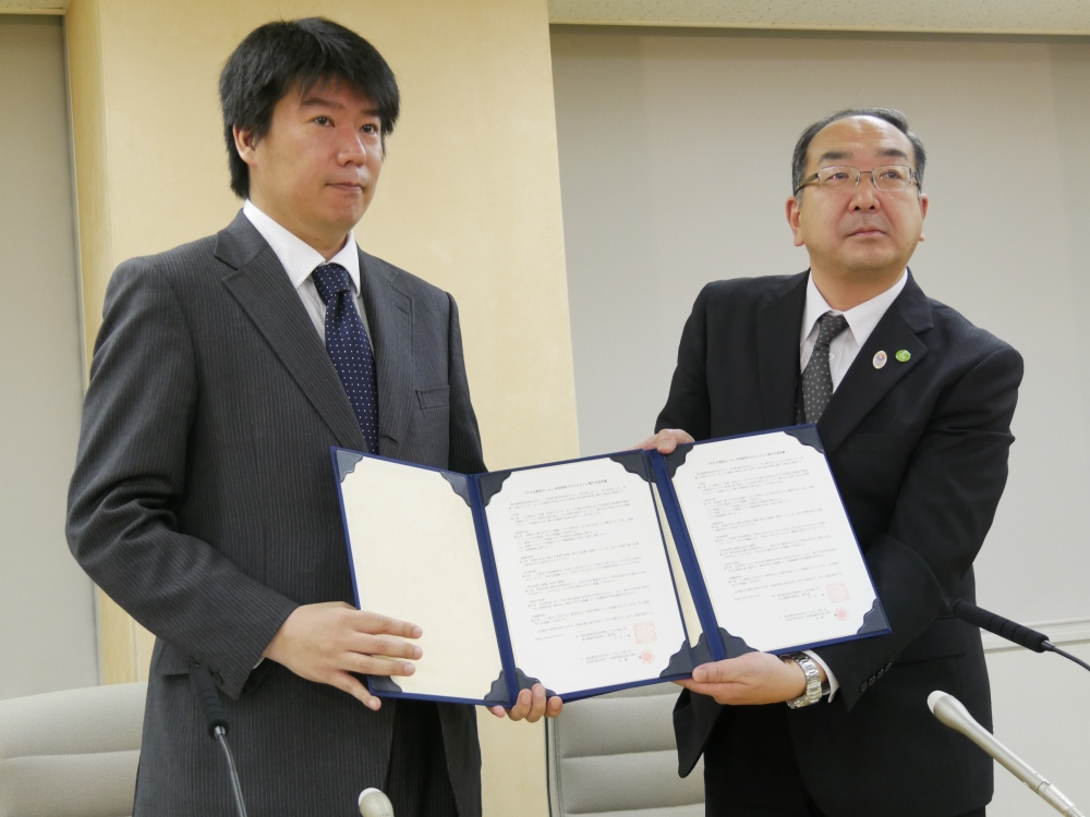 LINE株式会社公共政策室室長の江口清貴氏(左)、教育庁指導部長の伊東哲氏(右)