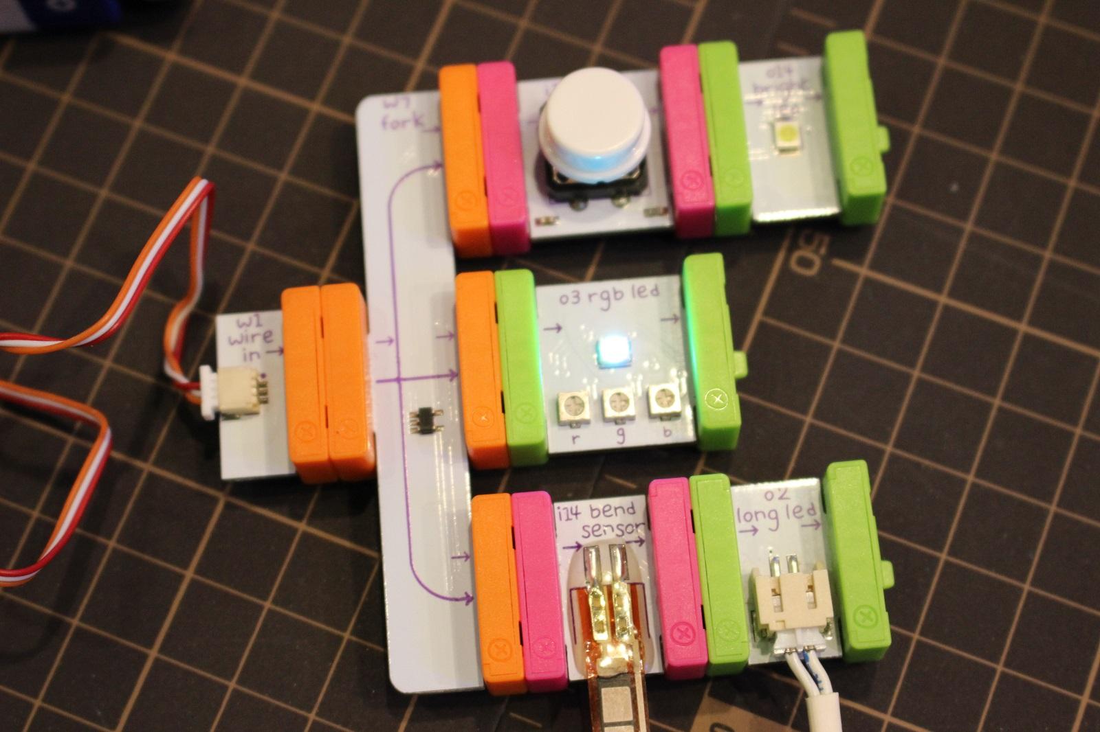 試しにLEDが光る3種類の組み合わせを作ってみた。中段は接続するだけで光るが、上段はボタン式、下段はタッチセンサーで光る仕組みになる。磁石は誤った方向で接続しようとすると反発し合う