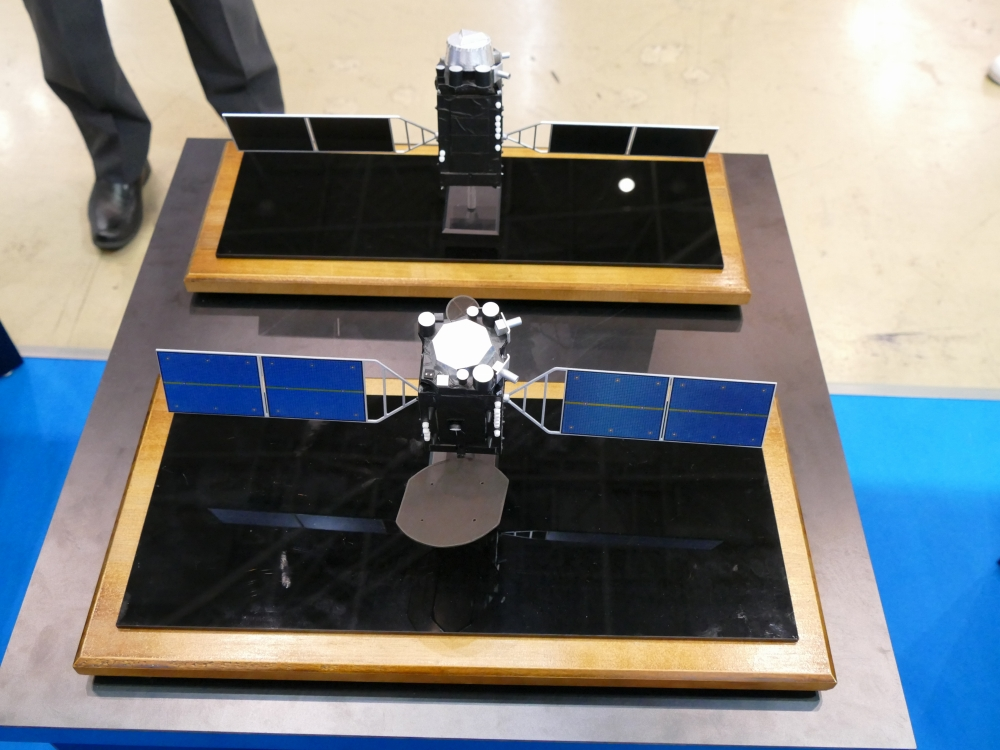 準天頂衛星の2号機(奥)と3号機(手前)の模型