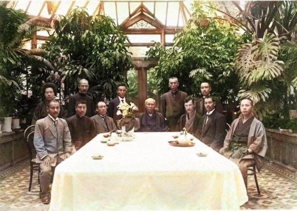 大隈邸温室内の大隈重信と来訪者、1910年代(プレスリリースより転載)