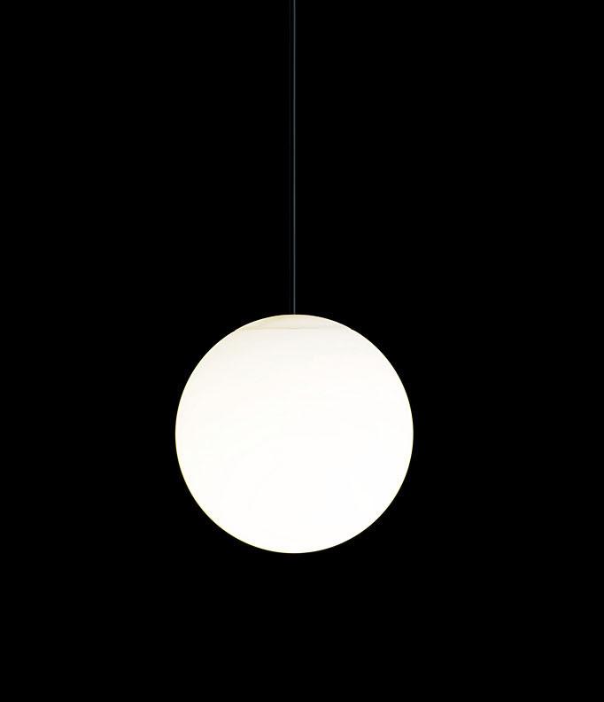 "<font size=""-1"" color=""navy"">「MODIFY SPHERE」シリーズのペンダント。光源にはパナソニックの電球形蛍光灯「パルックボールプレミア」を使用する</font>"