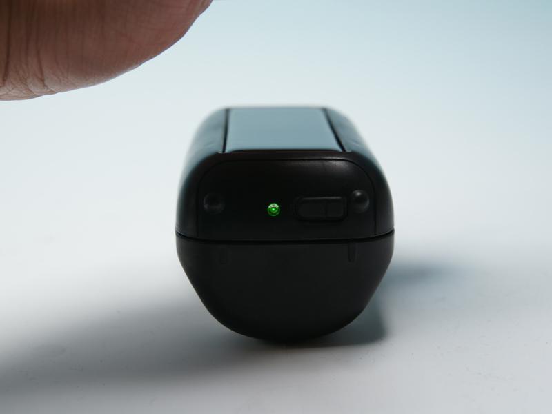 """<div align=""""left""""><small>光を遮ったとき、充電が十分だとグリーンのLEDが点灯する。意外とソーラーグッズには充電状況を確認できる機能が少ないので、地味に便利である</small><br></div><small>"""