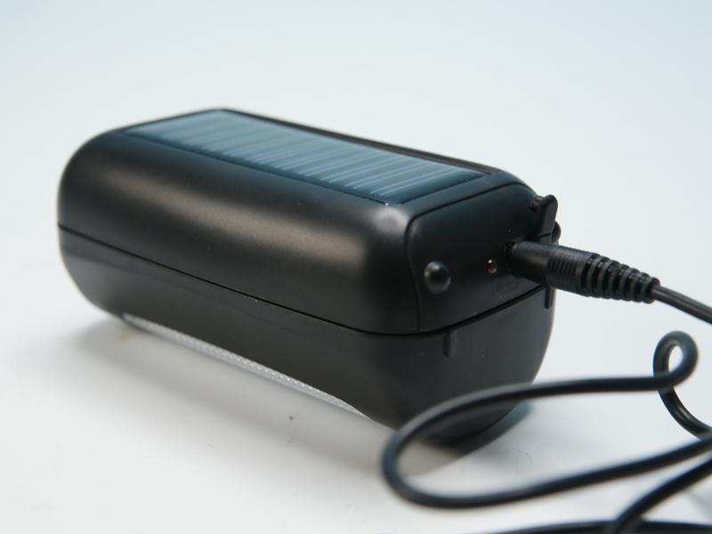 付属のUSBケーブルを利用すれば、太陽光がなくてもUSB端子を持つ機器から直接充電が可能
