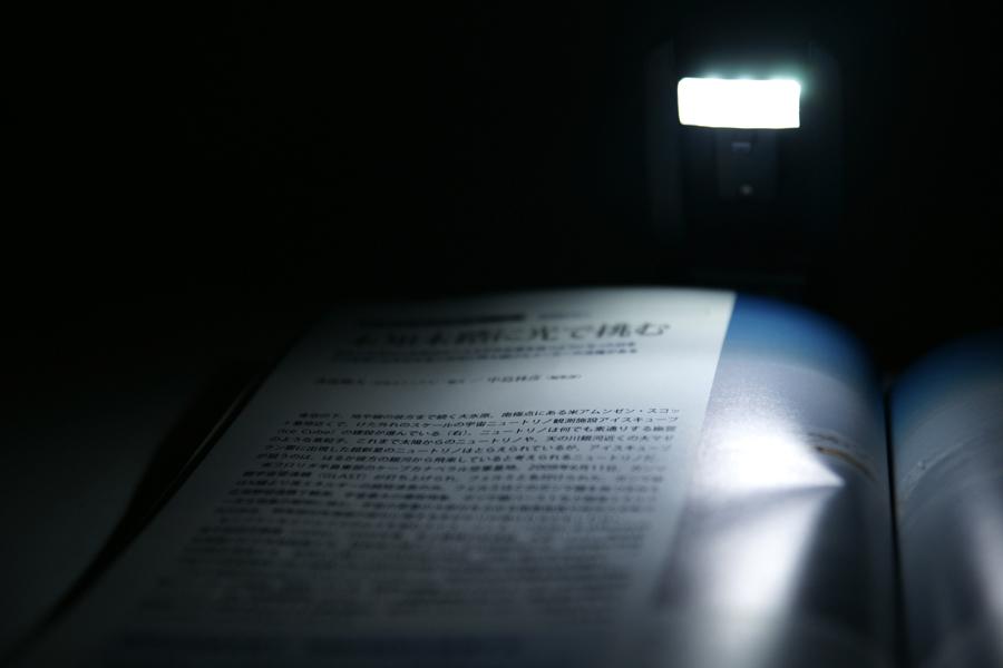 """<div align=""""left""""><small>暗所で実際に照らしてみたところ。片ページだけ照らしているが、見開きを照らしたい場合は少しライトを離せばOK</small><br></div><small>"""