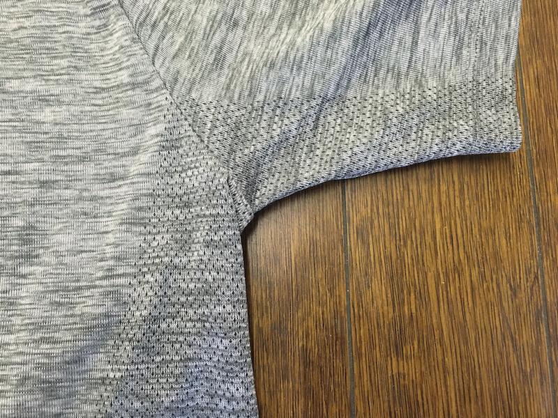 マテリアルは近年流行のニットタイプ。わきの下など、汗をかきやすい部分は編み方を変えて通気性を高めている