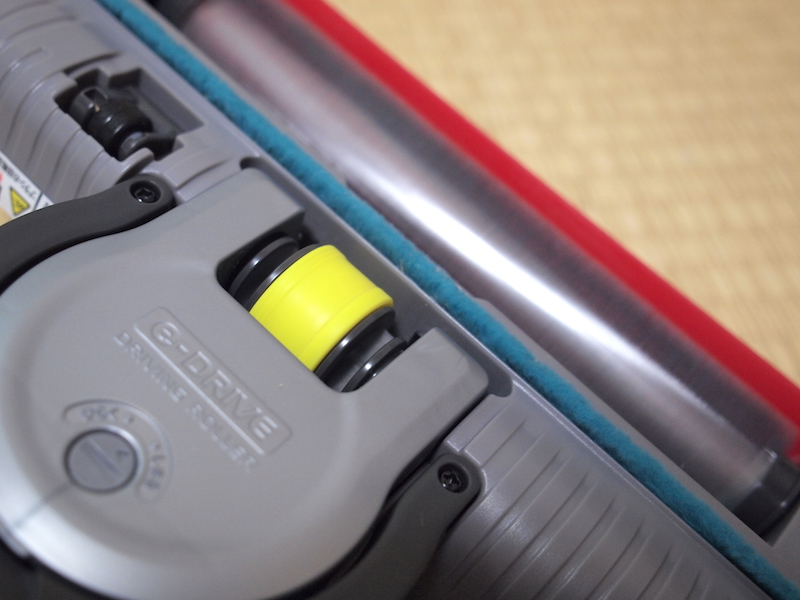 e-DRIVEというモーター駆動の車輪を搭載。掃除中は手を添えるだけで前進していく