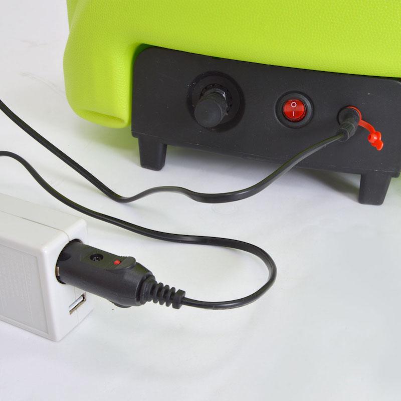 AC電源のほか、シガーソケットからも充電できる