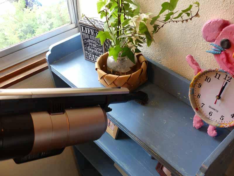 ヘッドを変えるとハンディに。テレビ、棚、窓辺周辺の重くて掃除機が届かない場所も簡単にキレイに