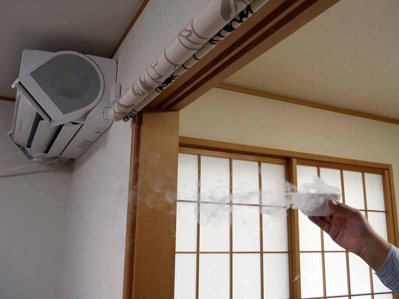 エアコンの裏側、こんな位置でも気流が動いている