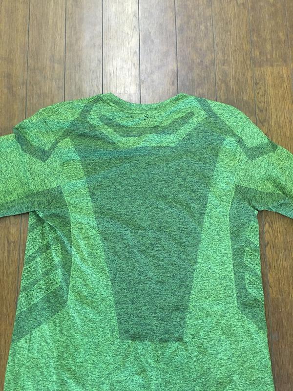 発汗量の多い背中部分も快適性を高めるために編み方を変更している