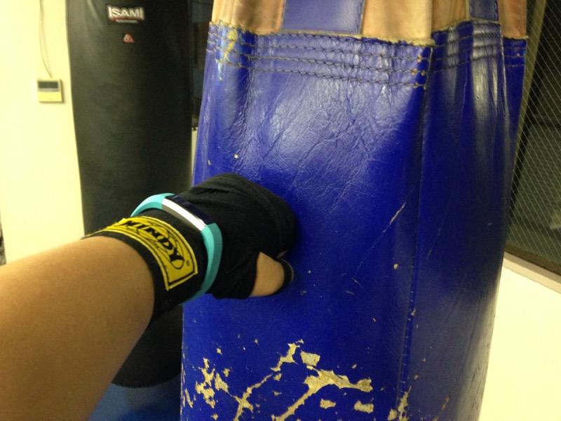 いつも練習する一番硬いサンドバッグが好み。反動で壊れないといいけど……