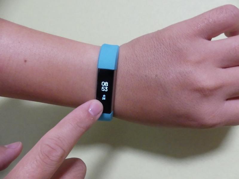 ディスプレイはタッチで起動させる方法と、腕を顔に引き寄せる動作で反応。どちらも少しコツが必要になる