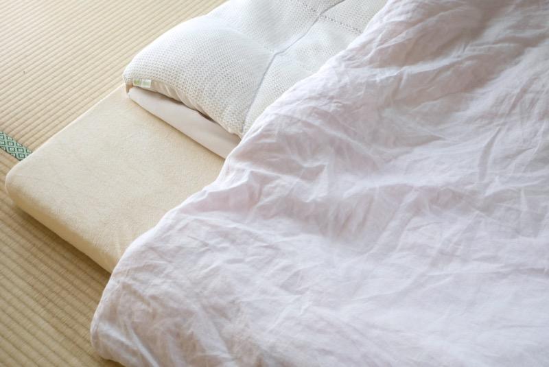 熱帯夜に備え、エアリーマットレスにはタオル地のボックスシーツをかけ、掛け布団には、麻のカバーをかけた夏用羽毛ぶとんを