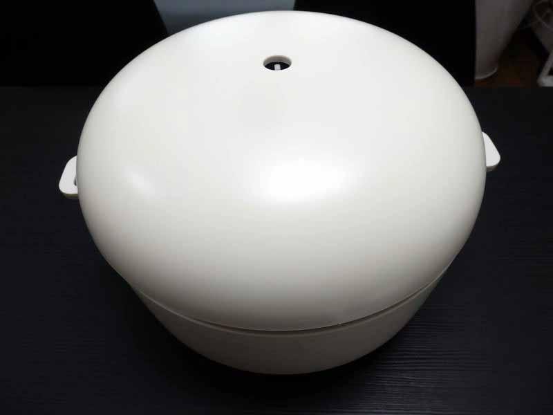 マットな質感と緩やかな曲線が美しい本体。直径は約30cmと当初イメージしていたものよりは大きい