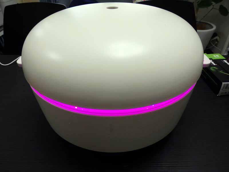 ライトユニットを取り付けると、LEDライトがピンクに点灯した。プラントトレイとライトユニットの間はわずか1.5cm程度だが、ピンクのライトが玄関を幻想的に彩る