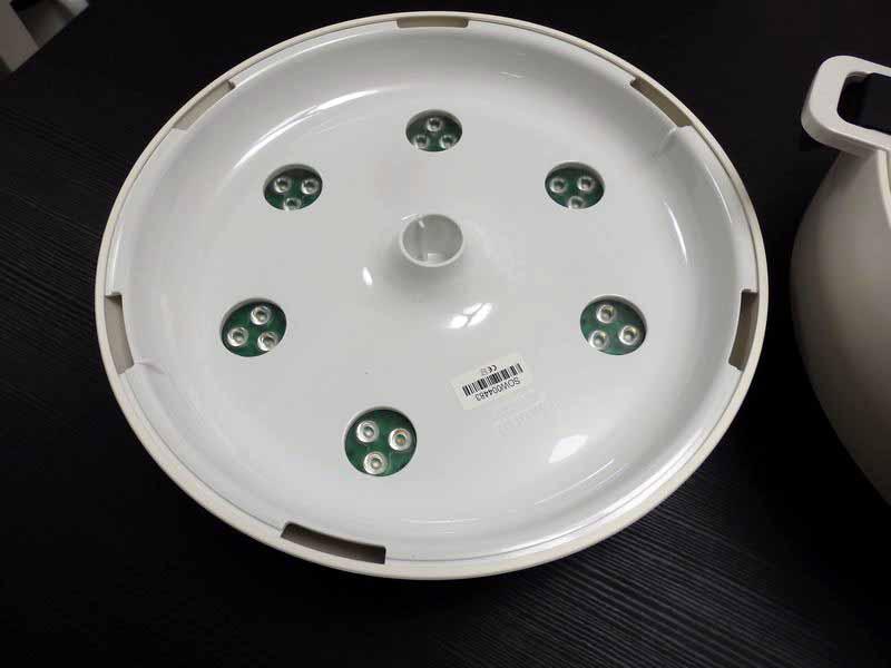 本体上部のライトユニットを外してひっくり返すと、青、赤、緑の3色のLEDが6セット埋め込まれているのがわかる