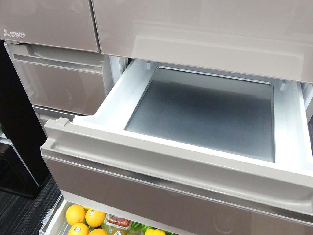 製氷室(左)と瞬冷凍室(右)。瞬冷凍室は設定を変えることで「切れちゃう瞬冷凍」に。食品を一瞬で凍らせ、2~3週間保存できるので、氷点下ストッカーDや冷凍室と使い分けて、保存できる