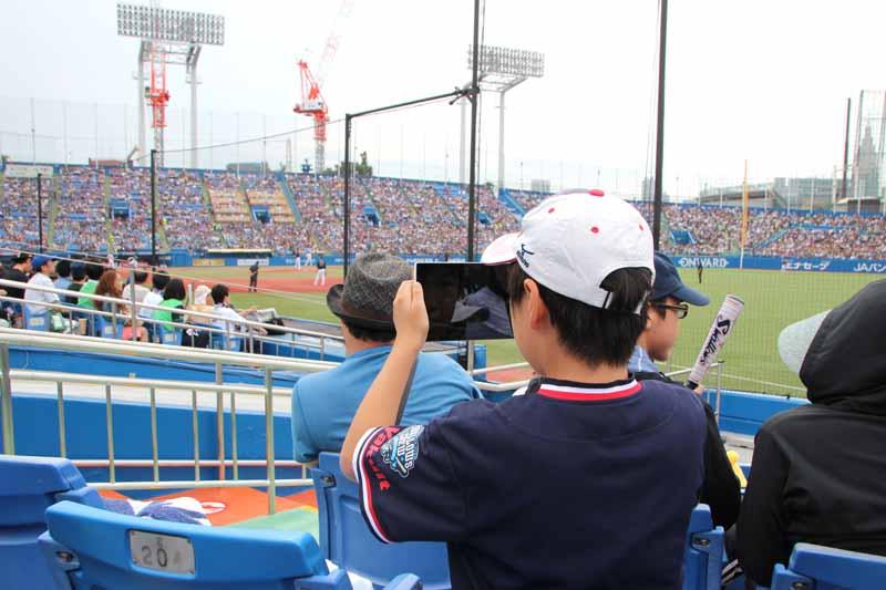 イベント中は新聞記事づくりも同時進行しており、試合中の様子などを子どもたちは写真におさめていた