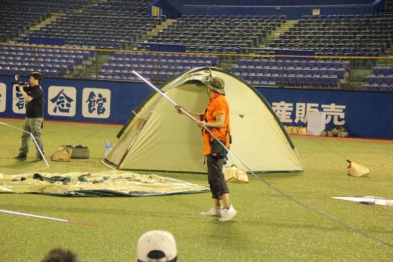 HEROのスタッフがテントの張り方を指導