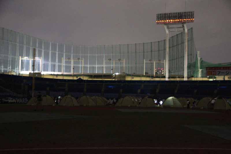 消灯。真っ暗な球場は不思議な光景だ