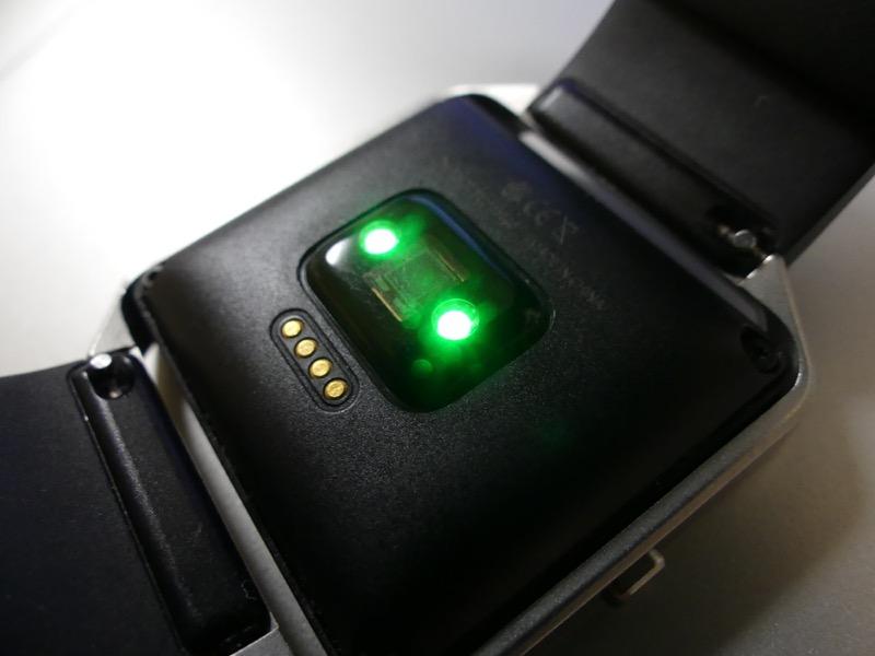 この緑色に光る部分が心拍数センサー。生活防水程度は施されているようで、汗などの影響は特になかった