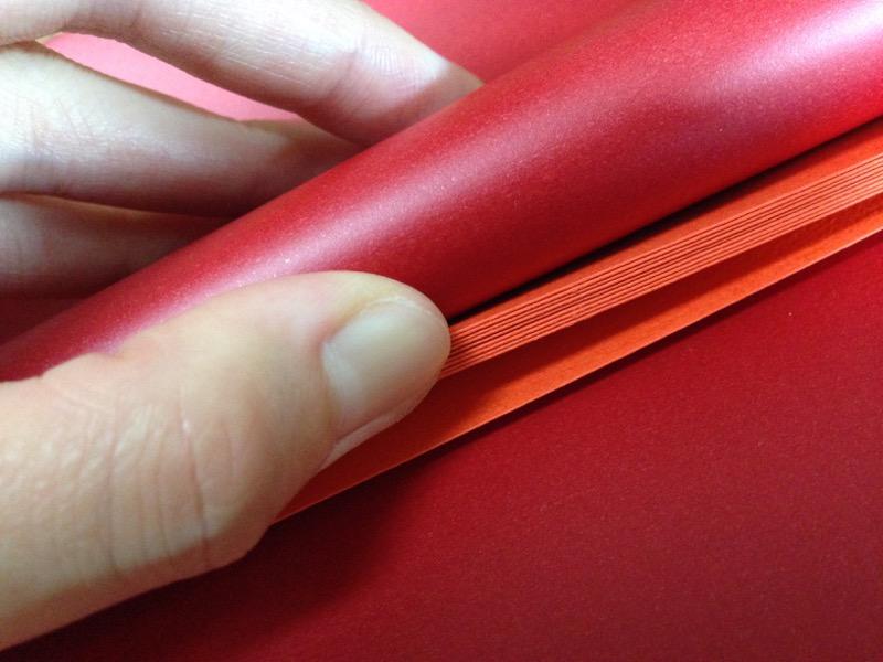 この厚紙の束に書類を挟む