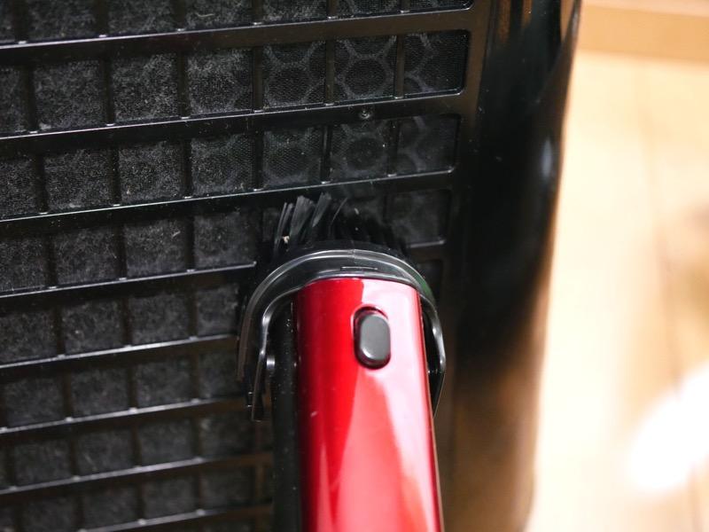 空気清浄機の吸引機能が落ちるため、こまめに掃除したい。掃除機で吸えばすぐに落ちる。作業は5分ほどで終わる