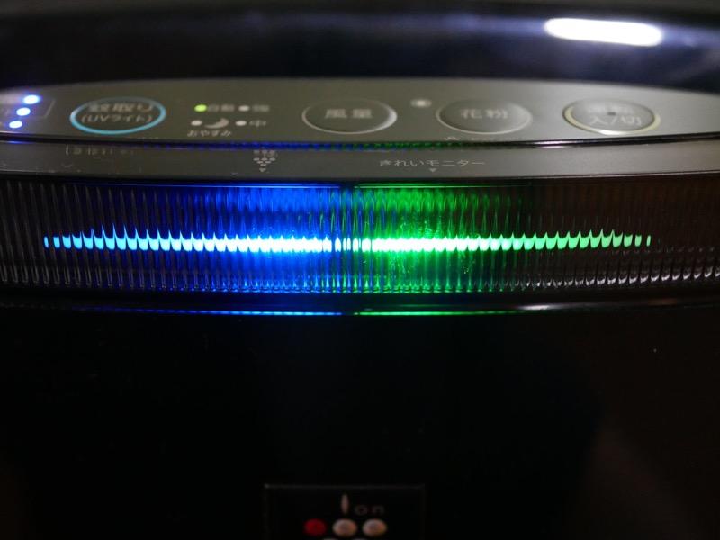 前面のモニターはかなり明るいが、消灯できる。