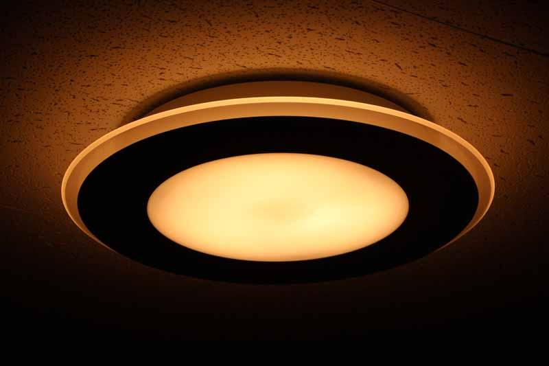 導光パネルと光を通さないパネルを組み合わせた間接光モデル