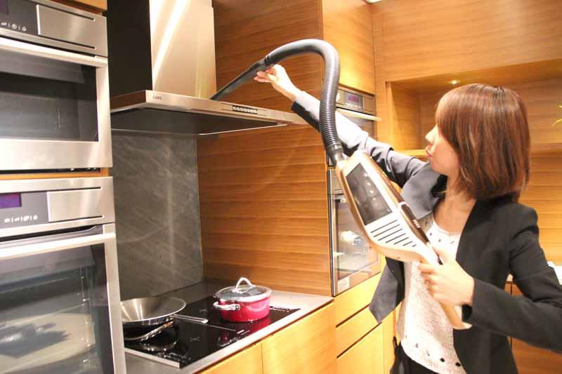 ハンディクリーナーとして使用。付属のノズルを組み合わせてさまざまな場所を掃除できる