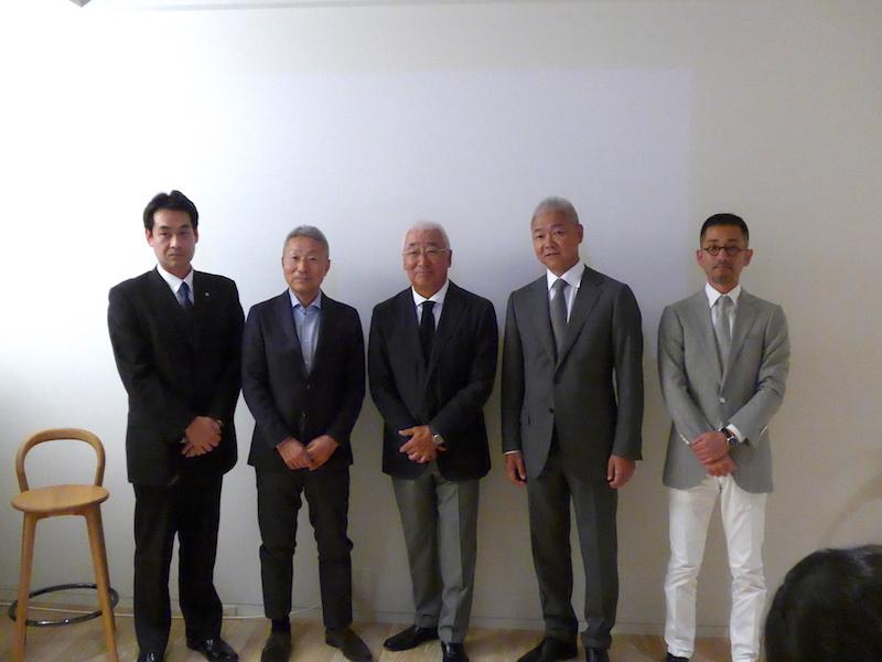 写真中央がアルフレックス創業者であり、現顧問の保科正氏。その左が豊久将三氏