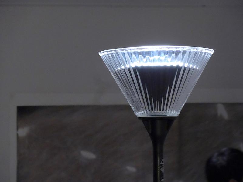 ライトコーンは、紫色LED方式の白色光源を採用したバウンスライト