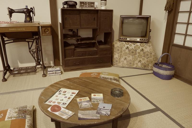 昭和の茶の間を再現したスペースにて(川崎市民ミュージアム「昔のくらしと道具 2016」展)