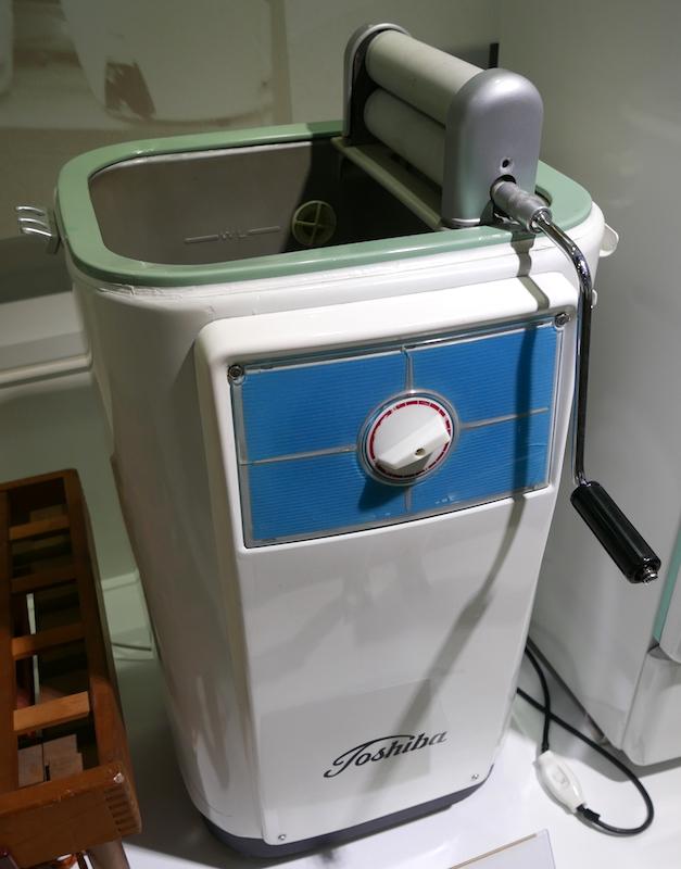 昭和32年(1957年)に発売された東芝の自動反転噴流式洗濯機「VQ-3」。自動脱水機能はなく、手の力で絞るローラーが付いている(東芝未来科学館)