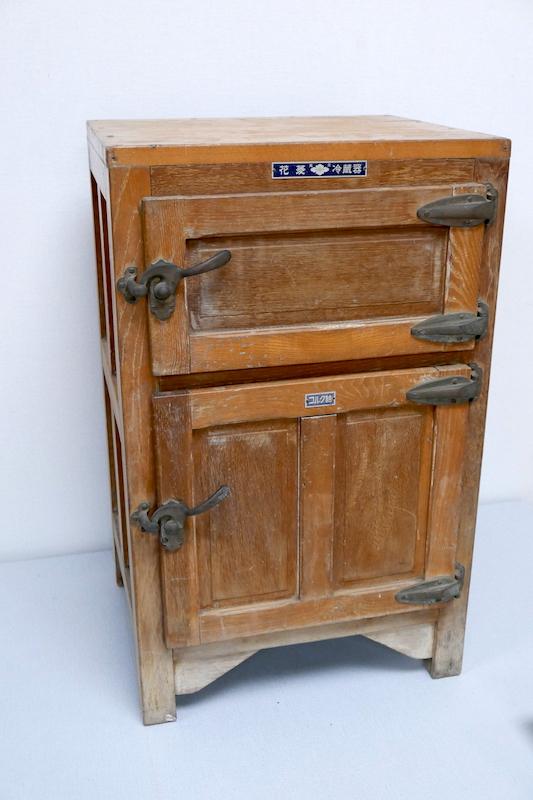 電気冷蔵庫が普及する前に使われていた、氷で冷やすタイプの冷蔵庫。上の段に氷を、下の段に食品を入れて使用する