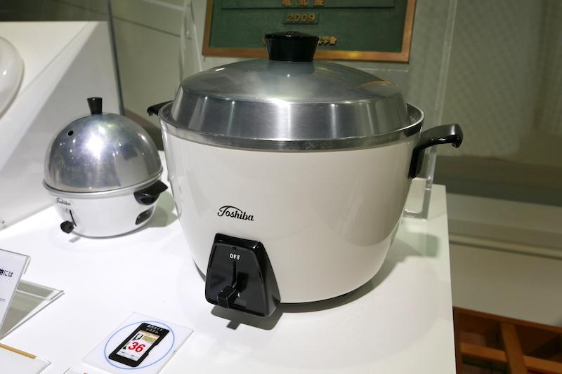 """電気炊飯器の元祖、東芝の自動式電気釜。<a href=""""http://kaden.watch.impress.co.jp/docs/column/kanhoo/1003953.html"""">台湾の大同電鍋</a>のお兄さん的存在でもあります"""