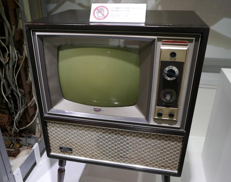 1960年代に入るとカラーテレビが普及しはじめ、白黒テレビではドヤれなくなった。昭和39年(1964年)東芝「16WR」