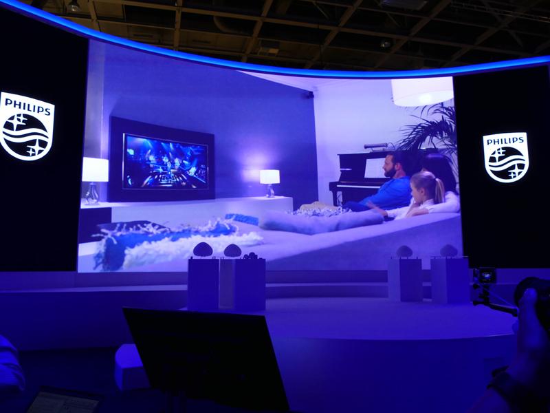 テレビ番組と連動して照明が変わるプログラムも展開する