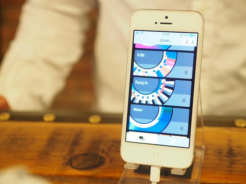 iOSとAndroidに対応したアプリも配布している。スニーカーの色を変えられるほか、いくつかの「シーン」がプリセットされている