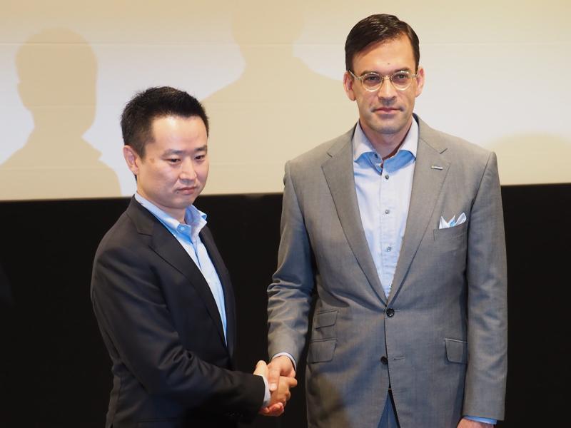 日本マイクロソフト 代表取締役社長 平野拓也氏(写真右)と、アクア AQUA日本代表 執行役員 山口仁史氏(同左)