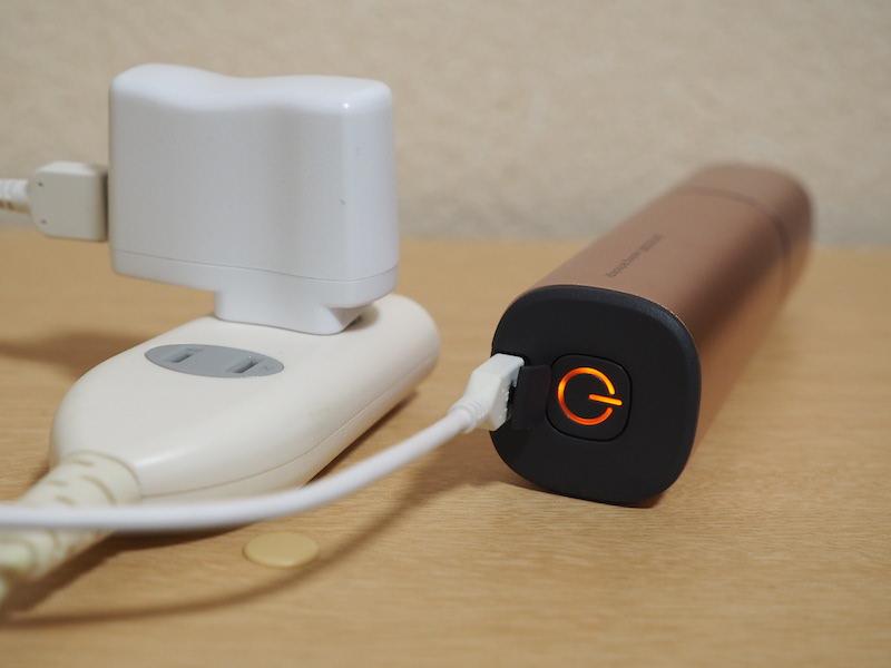 バッテリーを内蔵し、USBケーブルで充電する。フル充電時の駆動時間は約30分間