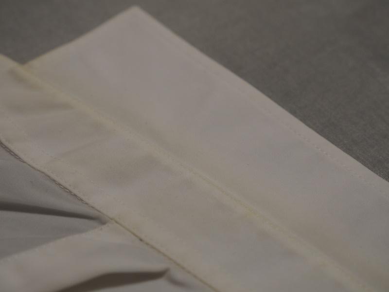 今回は襟元の左側だけ洗ってみた。洗っていない右側と比べると、洗浄した左側がキレイになっていることが一目瞭然で分かる