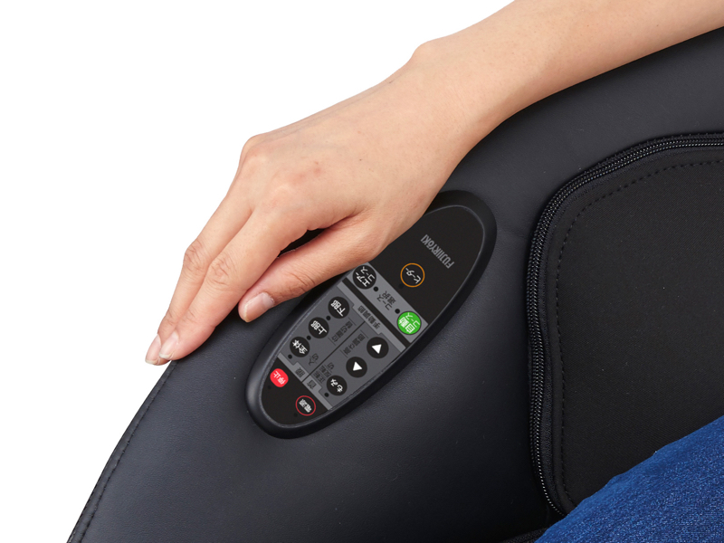 右手を置く肘掛け部分に、操作パネルを内蔵する