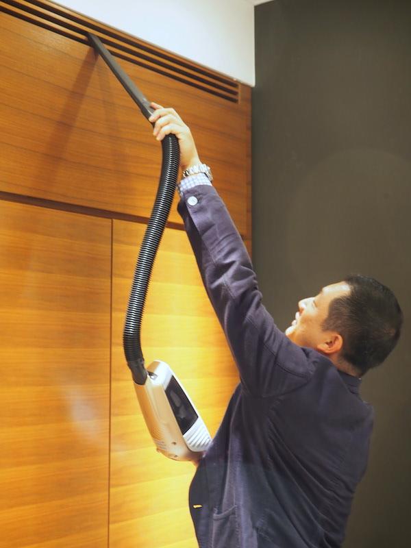 ホースにロングノズルを付ければ、高い場所の掃除もラクにできる