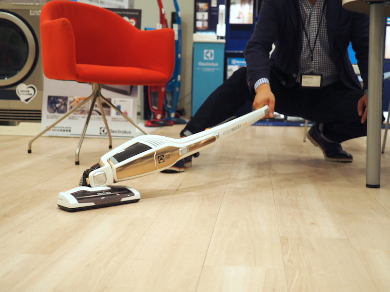 ヘッドは水平に180度、垂直にも90度近く傾けられるので、テーブルの下などを掃除しやすい