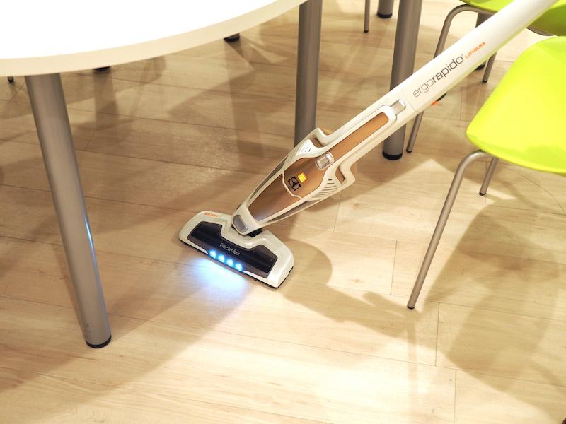 主に床掃除用の標準ノズルとしてパワーノズルが付いている。ノズル前方をLEDライトで照らすので、テーブルの下など影の場所でも、ゴミがしっかり視認できる