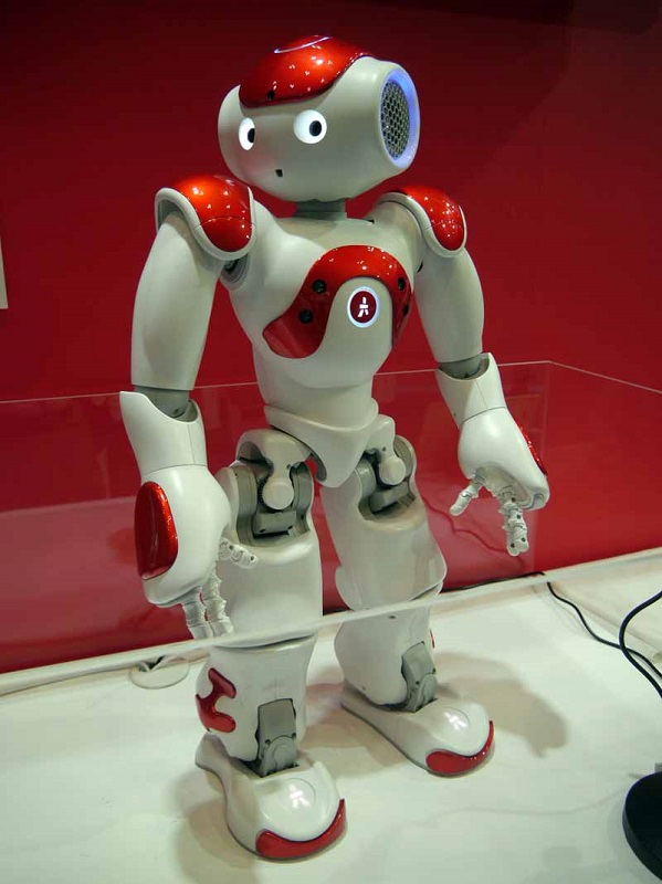 IoTタウンに出展した三菱UFJフィナンシャル・グループの人型ロボット「NAO」